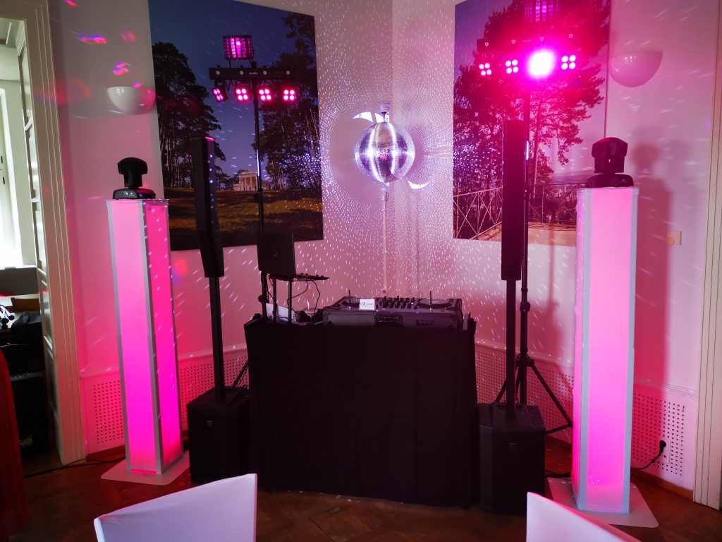 Hochzeits Setup mit Spiegelkugel und Moving Heads auf beleuchteten Säulen
